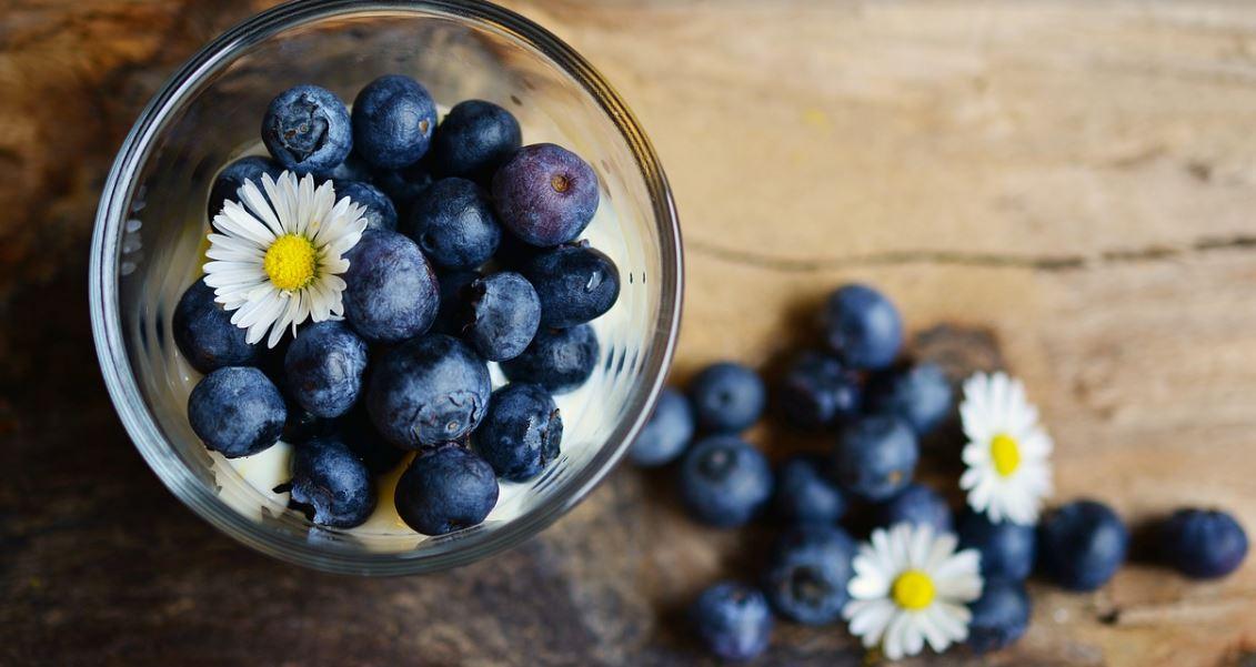 블루베리는 비타민과 미네랄뿐만 아니라 활성산소의 축적을 막아주는 항산화 물질인 안토시아닌이 풍부하다고 알려져 있다. 블루베리는 상온 보관할 경우 햇빛을 받아 비타민이 빠져나갈 수 있다. 그러나 블루베리를 냉동 보관하면 안토시아닌의 농도가 증가해 블루베리의 다양한 영양소를 그대로 섭취할 수 있다고. 또 블루베리는 얼려 먹을 때 항산화 성분인 비타민C를 효과적으로 섭취할 수 있다는 연구결과도 있다.