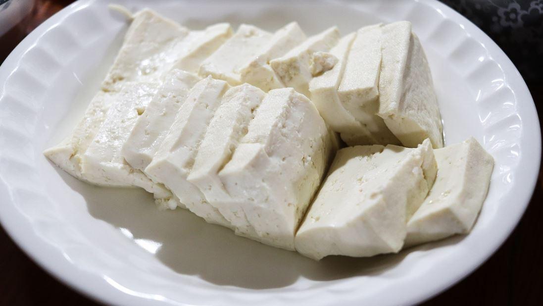 콩은 얼려먹으면 더욱 몸에 좋은 대표적인 식재료이다. 콩으로 만든 두부 역시 얼려 먹으면 몸에 좋다. 두부를 얼리면 수분이 빠지며 크기가 작아지지만 단백질같이 입자가 큰 영양소는 빠져나가지 못하고 응축된다. 따라서 얼린 두부는 줄어든 부피에도 얼리기 전과 거의 비슷한 영양소를 가지고 있는데, 얼린 두부와 생두부를 같은 부피로 비교했을 때 얼린 두부의 단백질 농도가 생두부의 무려 5배 이상이라고.
