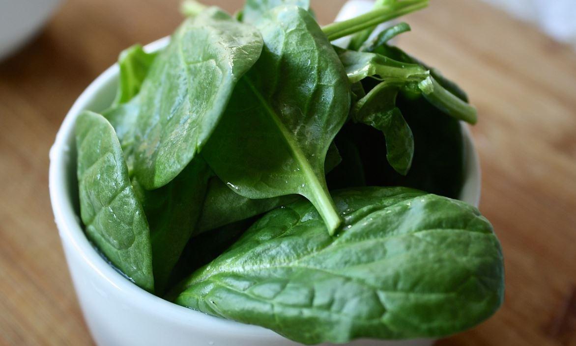 시금치에는 각종 비타민과 섬유질, 철분 등이 골고루 들어있다. 하지만 이렇게 영양소가 풍부한 시금치도 상온 보관하면 하루 만에 비타민의 60%가 손실된다고. 따라서 뜨거운 물에 살짝 데친 후 냉동 보관하는 것이 좋다. 또한 시금치를 얼리게 되면 칼슘과 비타민 E를 비롯한 영양소가 생 시금치보다 풍부해져 더욱 몸에 좋다고 한다.