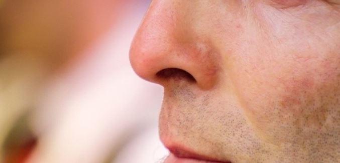 면역력에 아주 중요한 역할을 하는 코. 각종 바이러스와 세균, 먼지 등이 침투하는 첫 관문이기 때문이다. 코에서는 습도와 온도 조절, 이물질을 거르는 등의 기능으로 유해물질을 차단한다. 하지만 코털을 너무 잦게 깎거나 지나치게 바짝 깎으면 각종 질병 감염 위험률이 상승한다. 또한 코털 가위를 사용하지 않고 손으로 뽑는 습관도 각종 염증이 생길 확률이 높아 위험하다고. 따라서 코털을 과하게 뽑거나 깎는 습관은 자제하는 것을 권한다.