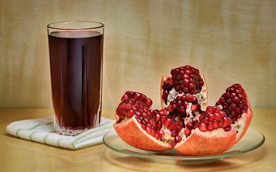 꾸준히 섭취하면 호르몬 균형을 돕고 생리불순이나 생리통 완화에 효과적으로 알려져 있는 석류. 석류는 비타민과 각종 미네랄 뿐만 아니라 항산화 성분인 폴리페놀, 엘라그산 성분이 풍부해 콜레스테롤 생성과 중성지방 생성을 억제해 동맥경화 예방에 도움이 된다. 실제 한 연구에 따르면 석류주스가 동맥벽에 지방이 퇴적되는 것을 막아주는 것으로 나타났다. 석류는 취향에 따라 생으로도 섭취할 수 있고, 간편하게 주스나 즙으로 만들어 마시면 즐겨먹기 쉽다.